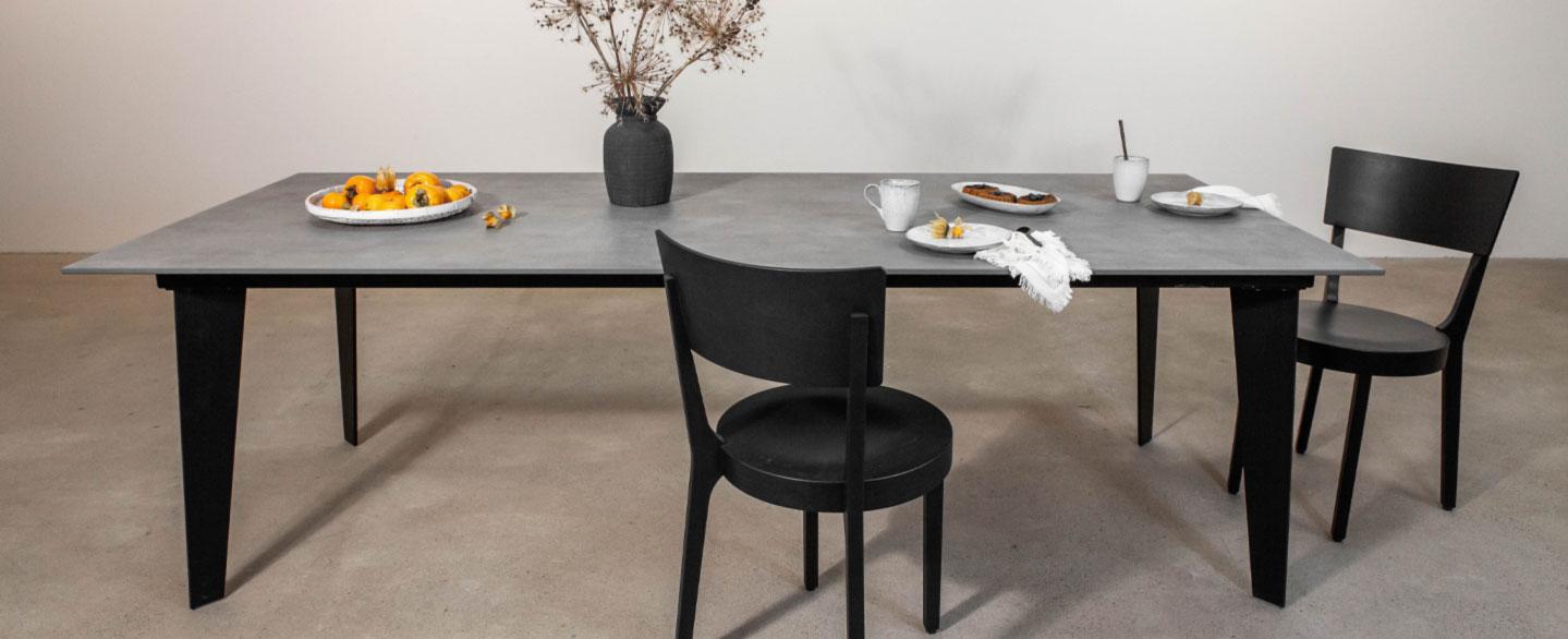 Tischplatte aus 12 mm starker Keramik pureto Concreto Antracit, Tischgestell aus matt-schwarzem Flachstahl