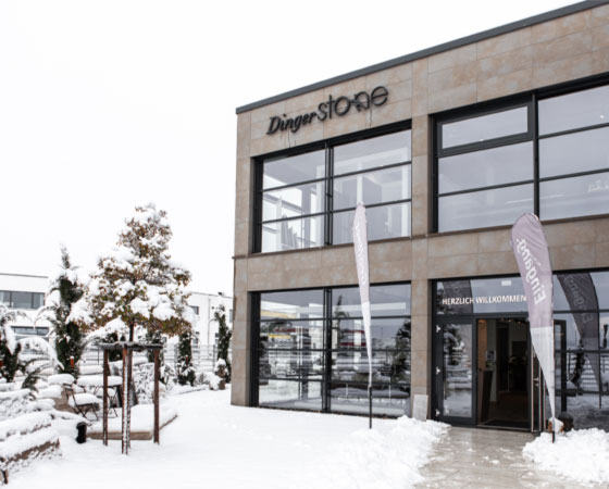 Eingang zur Ausstellung bei Dinger Stone im Winter unter einer Schneedecke