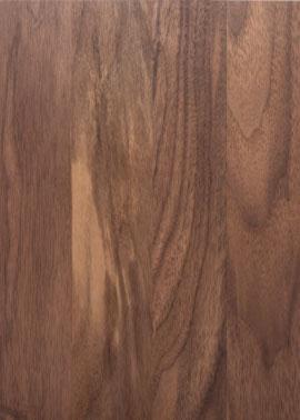 Nahaufnahme einer geölten Holztischplatte aus dunklem amerikanischen Nussbaumholz