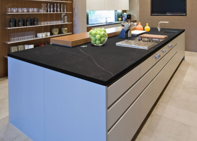 Foto einer Küche mit einer dunklen Keramik Arbeitsplatte mit weißen Adern aus dem Material Dekton Kelya