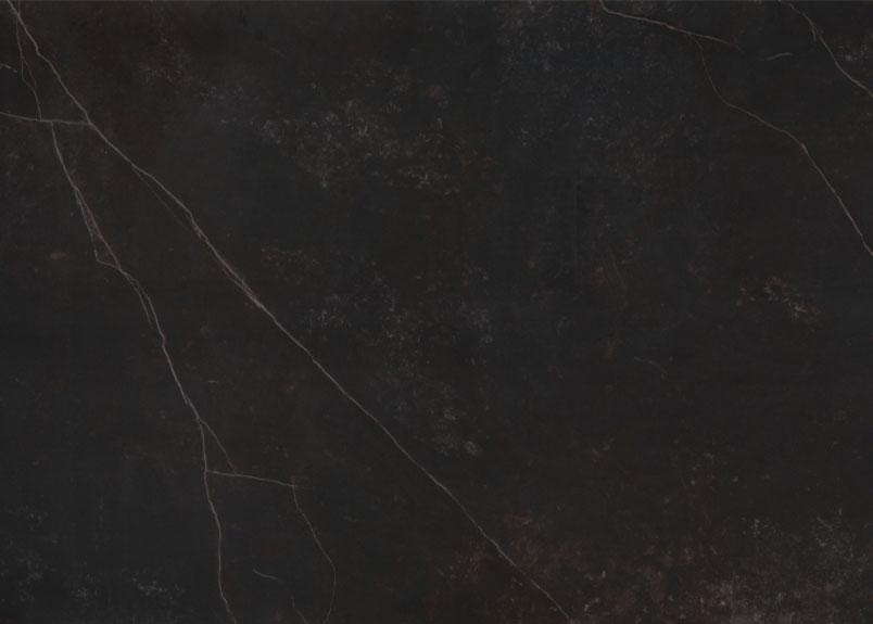 Detailansicht einer Rohplatte aus dunkler Keramik mit weißen Adern aus dem Material Dekton Kelya