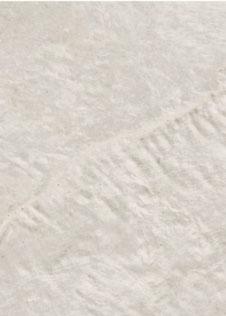 Detail einer Rohplatte aus Keramik in naturweißer Muscheloptik Dekton Liquid Shell