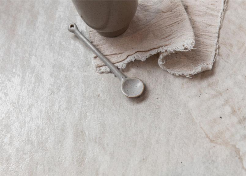 Kaffeetasse mit Löffel auf einer Keramik Platte aus dem Material Liquid Shell