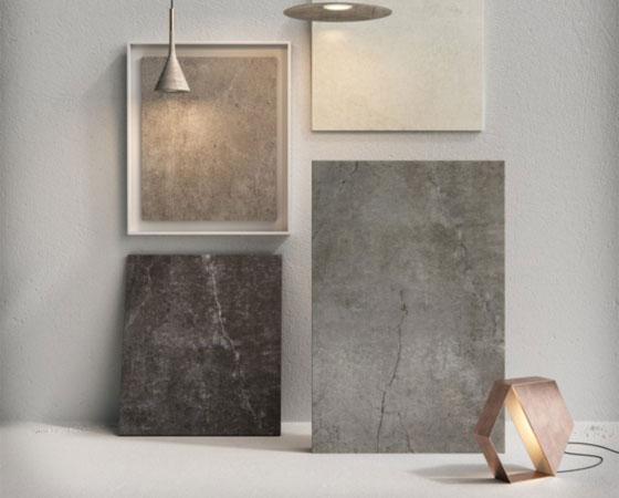 Vier Keramik Platten in verschiedenen Farben hängen an der Wand