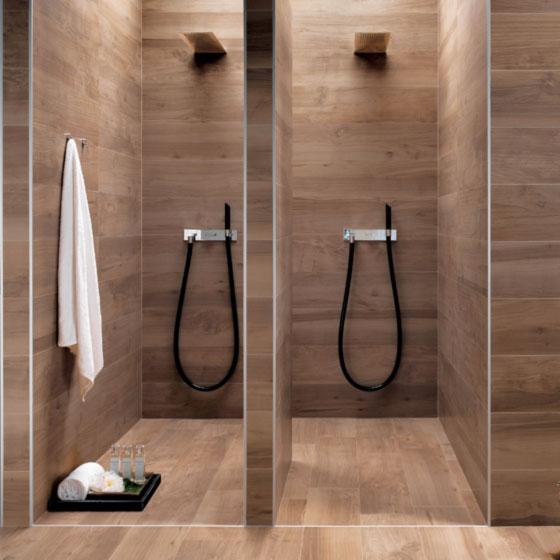 Doppel-Dusche mit Wandverkleidung und Boden aus Fliesen in Holzoptik