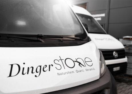 Frontansicht zweier Firmensprinter mit Dinger Stone Logo