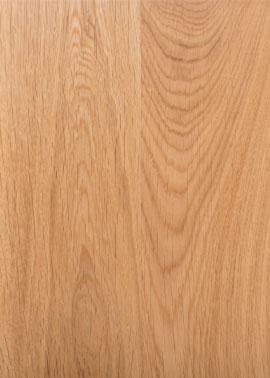 Nahaufnahme einer geölten Holztischplatte aus astreiner heller Eiche