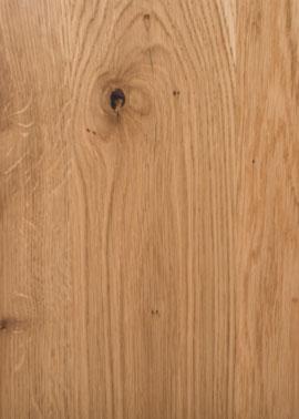 Nahaufnahme einer Holztischplatte aus Wildeiche mit schwarzen Astlöchern