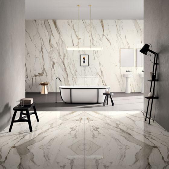 modernes großes Badezimmer mit XL Fliesen in Marmoroptik und freistehender Badewanne mit schwarzen Armaturen