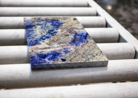 Steinmuster einer Arbeitsplatte aus Lapis Lazul