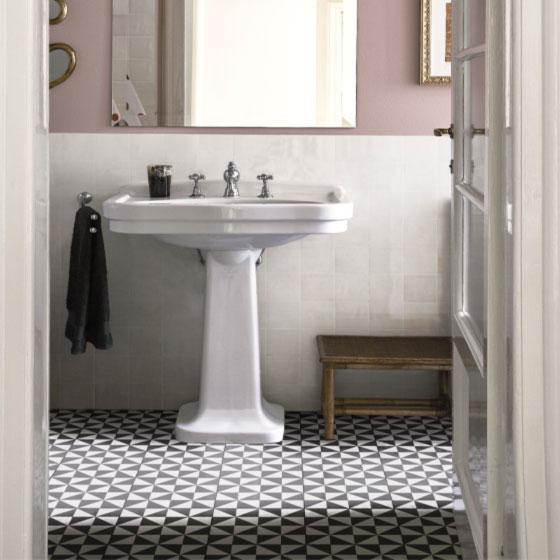 Foto eines Badezimmers mit schwarzweißen Zement Fliesen am Boden