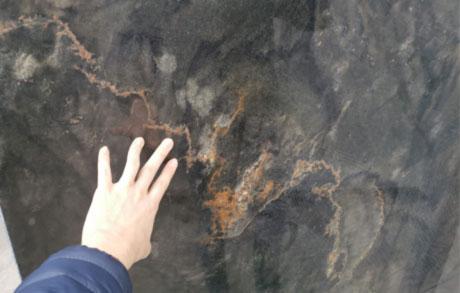 Naturstein Rohplatte Avatar wird von Hand berührt