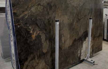 Naturstein Rphplatte Avatar aufgestellt im Schaulager auf Metallgestell