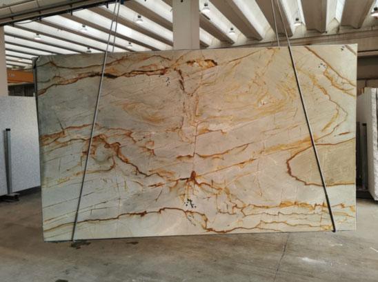 Naturstein Rohplatte Roma Imperiale hängt am Ladekran und wird verladen