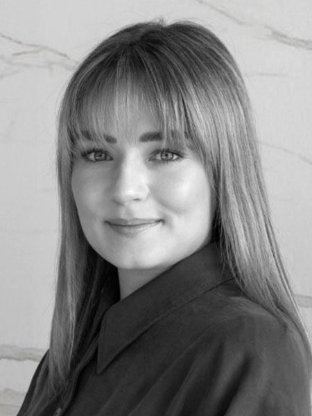 Regine Binz ist Mitarbeiterin bei Dinger Stone und ist für die Erstellung von Angeboten und Aufträgen über Fliesen und für Fliesenberatungen zuständig