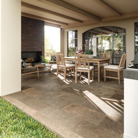 überdachter mediterraner Terrassenbereich mit Holzmöbeln, Außenkamin und großen Sprossenfenstern