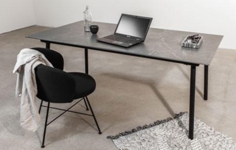 Dunkelgrauer Ess oder Schreibtisch aus Keramik Marmo Grey mit schwarzem Tischgestell und einem Laptop darauf