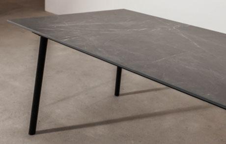 Dunkelgrauer Esstisch aus Keramik Marmo Grey mit weißen Adern und schwarzem Tischgestell