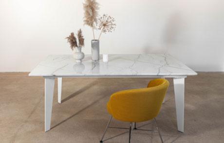 Heller Esstisch aus Naturstein Calacatta Brasil Gold mit goldenen Akzenten und weißem Stahlgestell und einem Senfgelben Stuhl