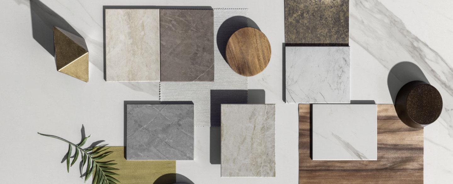 Foto von mehreren kleinen Tischplatten aus verschiedenen Materialien und Dekore