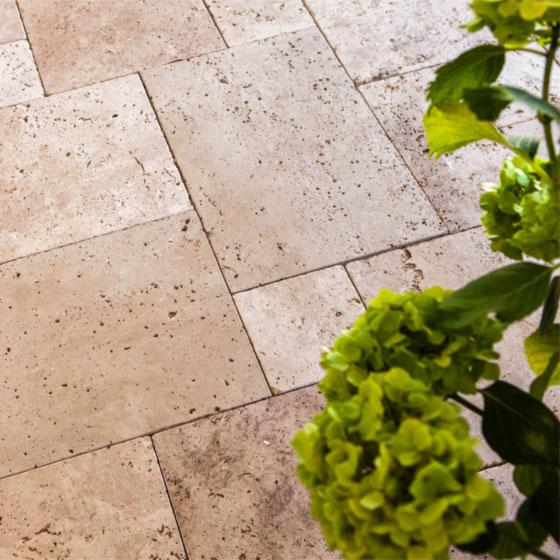 Travertin Kalkstein TErrassenplatten in Beige verlegt im römischen Verband