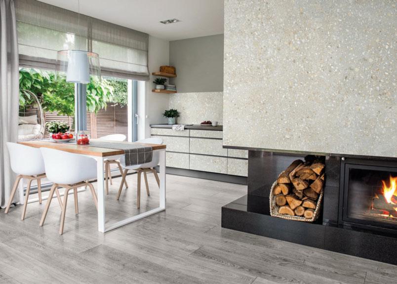 Esszimmer und Küche mit großem Kamin Kaminverkleidung und Küchenfronten - und Rückwand aus gleichem Keramikdekor in Natursteinoptik