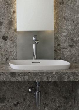 Aufsatzwaschbecken aus weißem Porzellan auf einem Waschtisch aus Keramik in Natursteinoptik pureto Retro