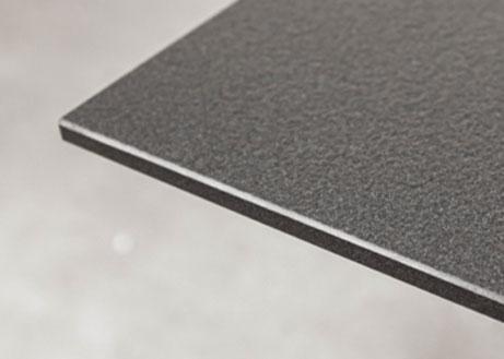 Detailaufnahme einer Keramikplatte mit gefaster Kante