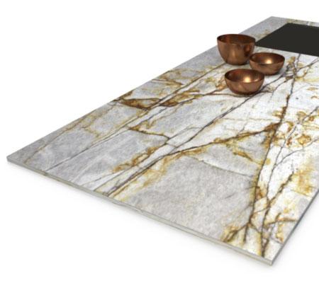 Lightstone Arbeitsplatte mit dekorativen Metallschalen