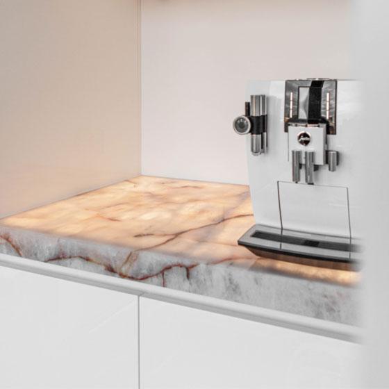moderne weiße Kaffeeküche mit beleuchteter Naturstein Arbeitsplatte