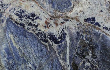 Nahaufnahme des besonderen blau-weiß gemaserten Natursteins Lapislazuli aus Afrika