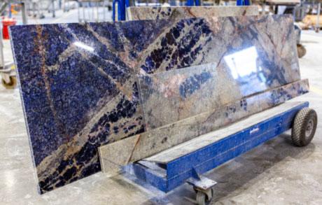 eine blaue Lapislazuliplatte auf einem Wagen im Werk bei Dinger Stone