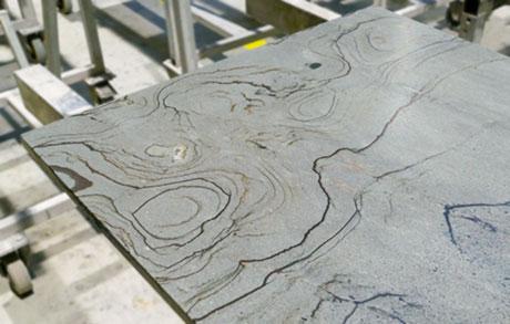 Arbeitsplatte aus Naturstein zur Bearbeitung im Werk bei Dinger Stone