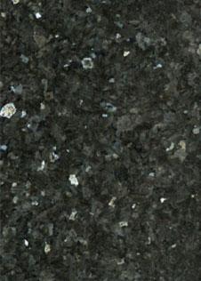 Detailaufnahme des blau-schwarzen Natursteins Labrador Emerald Pearl