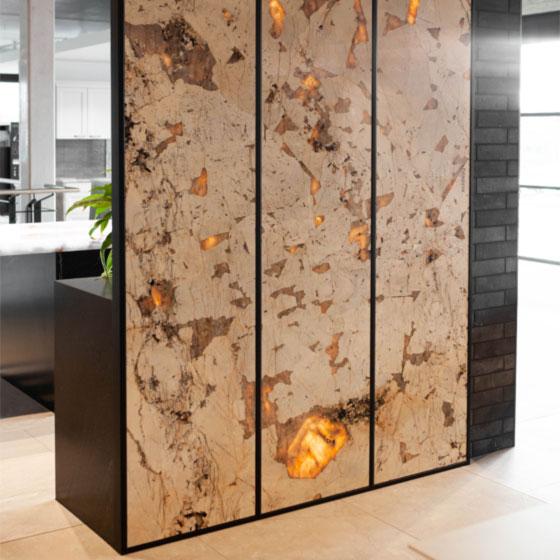 Raumteiler aus Naturstein, der halbtransparent ist und beleuchtet wird