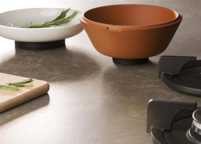 Terracottaschale, Keramikschüssel und Holzbrett auf Keramik Arbeitsplatte