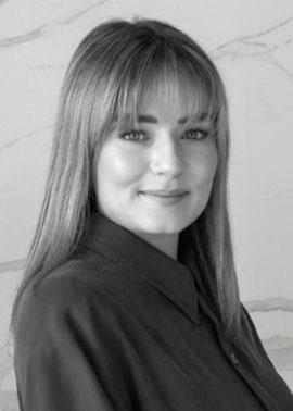 Regine Binz ist Mitarbeiterin bei Dinger Stone und ist für die Erstellung von Angeboten und Aufträgen über Fliesen und Fliesenberatungen zuständig