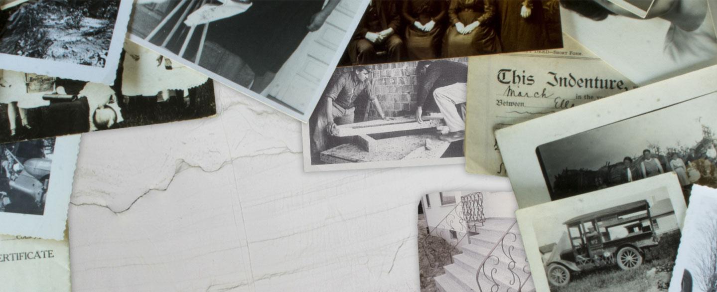alte Zeitungsauschnitte und Fotos liegen verteilt auf einem Tisch