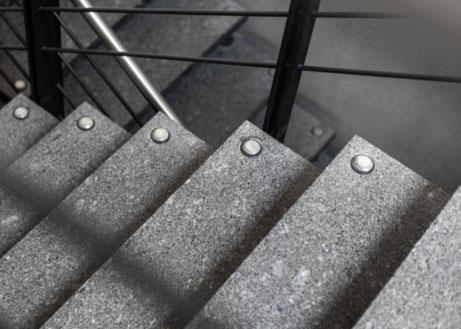 Bolzentreppe Treppenstufen aus grauem Granit
