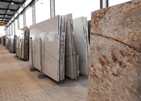 Rohplatten stehen aufgereiht im Schaulager bei Dinger Stone