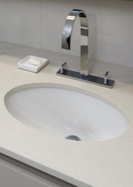 Unterbauwaschbecken aus weißem Porzellan mit cremefarbener Waschtischplatte aus Quarzstein