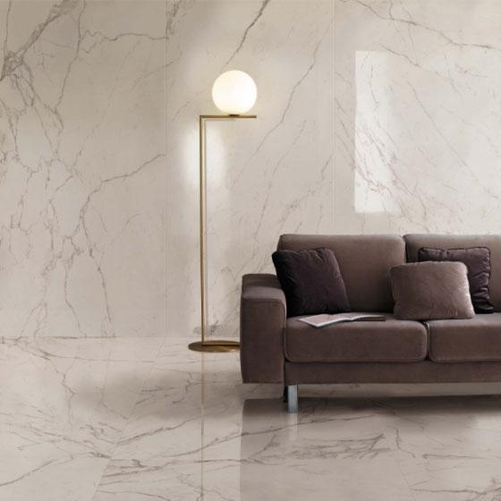 Boden und Wandfliesen aus Keramik in weißer Marmoroptik glänzend poliert