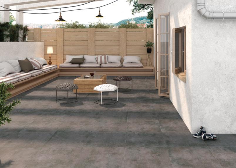 gemütliche Terrasse mit Holzpalisaden und Outdoorsofas