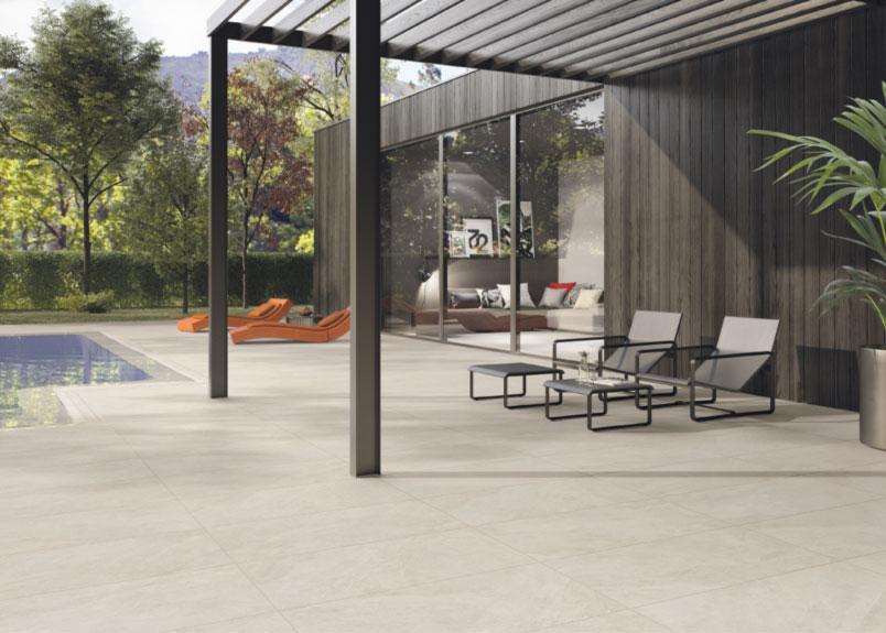 große Terrasse mit verglaster Wohnzimmerfront und Blick auf den Pool