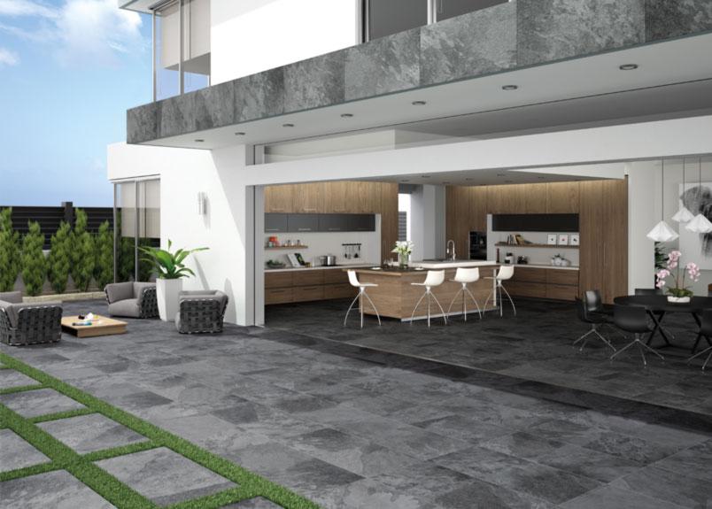 Terasse mit schwarzen Keramik Terrassenplatten in Schieferoptik
