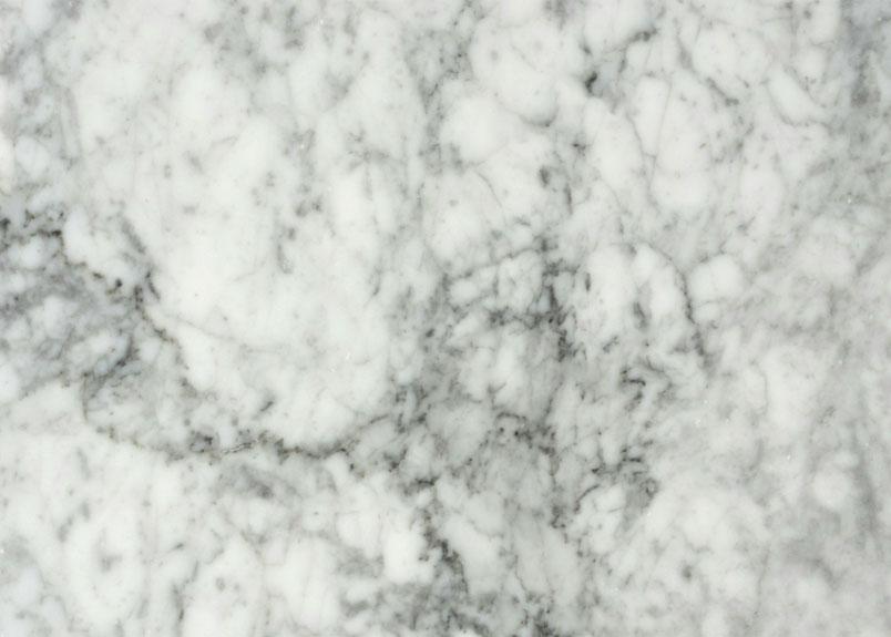 weiße Marmorplatte mit vielen grauen Adern