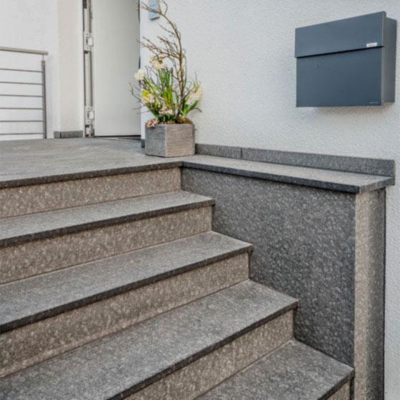 Eingangstreppe mit Belag aus grauem Granit