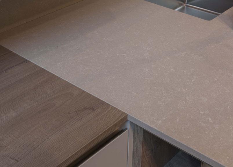 Küchenarbeitsplatte aus beiger Keramik mit weißer wolkiger Maserung