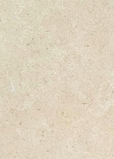 Detail einer sandfarbenen Natursteinplatte mit weißer Maserung