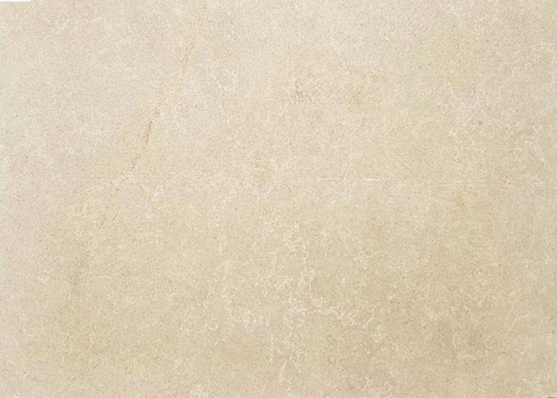 sandfarbene Natursteinplatte mit feiner Maserung in weiß